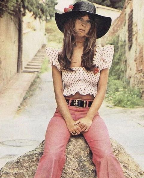 """@70sbabes (www.instagram.com/70sbabes): Se você se cansou do atual padrão de beleza """"photoshopado"""", este perfil reúne imagens de modelos dos anos 1970. Os cliques são de pessoas anônimas e famosas, como Cher, Diane Keaton e Prince. Tudo bem natural e sem os exageros e artifícios usados hoje. - Crédito: Reprodução/Instagram/33Giga/ND"""