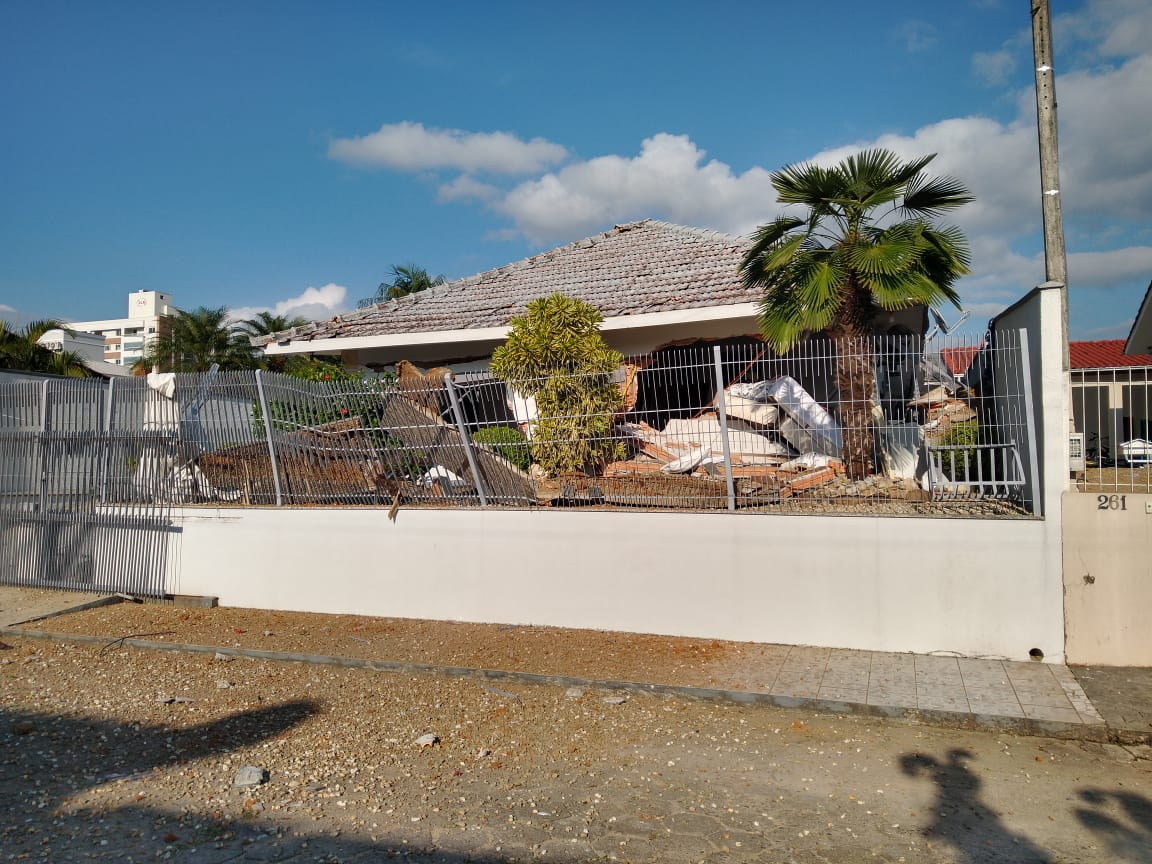 Apesar da explosão ter condenado toda a casa e provavelmente ter destruído 100% dos móveis, afirma Furtado, os dois idosos não sofreram ferimentos graves - Regional FM/Divulgação/ND