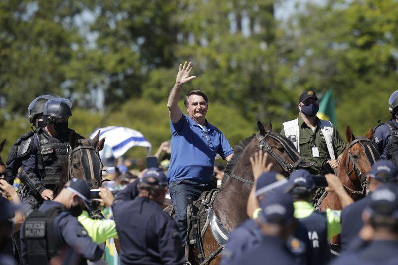 Montado em cavalo, Bolsonaro participa de manifestação em Brasília ...
