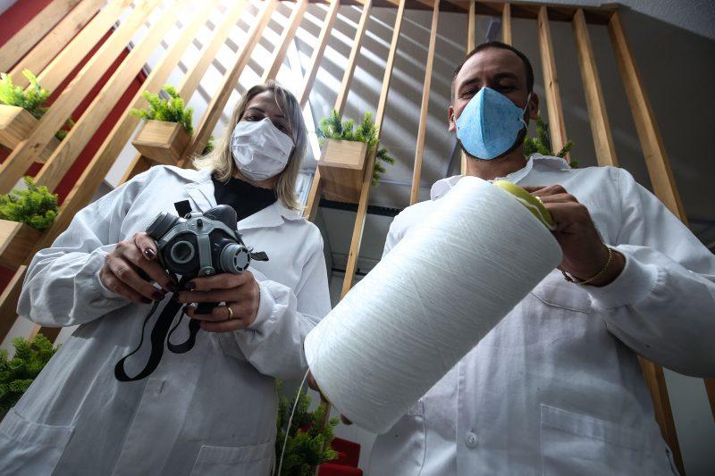 Alexandra Valério e Gabriel Nunes com produtos que receberam virucida com nanotecnologia desenvolvidos para a indústria têxtil e outros segmentos. Ele usa máscara que elimina o vírus – Foto: Anderson Coelho/ND