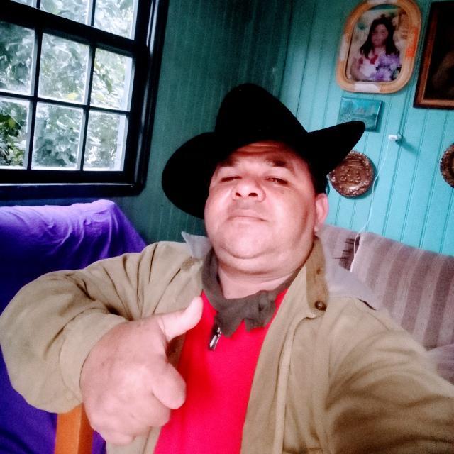Celso Santos de Assis era morador de Concórdia, no Oeste catarinense, e morreu por Covid-19 na madrugada do dia 4 de maio. Assis estava internado no Hospital São Francisco desde o dia 23 de abril. Ele era obeso, mas não apresentava doenças pré-existentes. A Secretaria de Saúde não soube informar como ele foi infectado. Assis foi sepultado, sem velório, no Cemitério Parque Concórdia. Confira a reportagem completa: https://bit.ly/3dl3MOB - Reprodução Redes Sociais