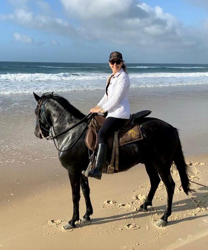 Emanoela Peres Kuhnen passou o aniversário com a filha, Maria Luisa, e o pai, Manoel Peres, na casa dele, no Rio Vermelho. Foi andar a cavalo, uma de suas paixões, no amanhecer do Moçambique – Foto: Divulgação/ND