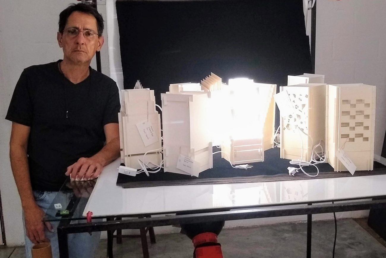 Artista plástico Gustavo Ramos e suas esculturas iluminadas - Divulgação/ND