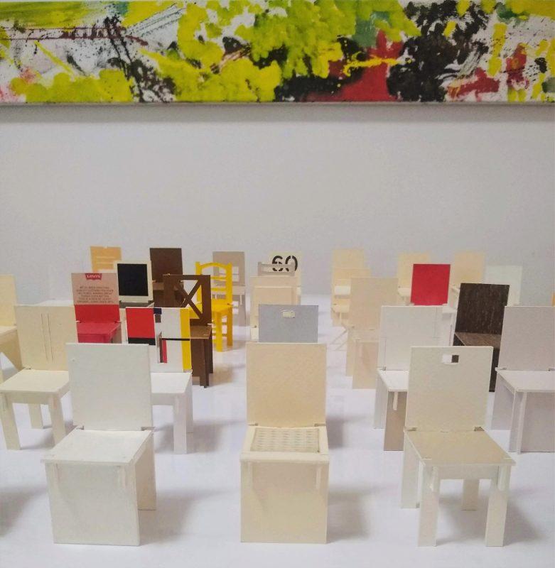 Pintura abstrata e cadeiras em miniatura de Gustavo Ramos – Foto: Divulgação/ND