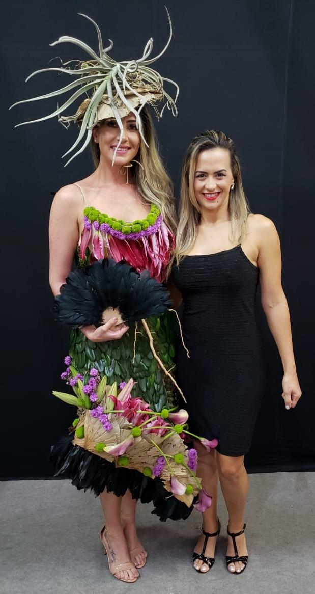 Juliana Hames com uma modelo vestida por ela - Divulgação/ND