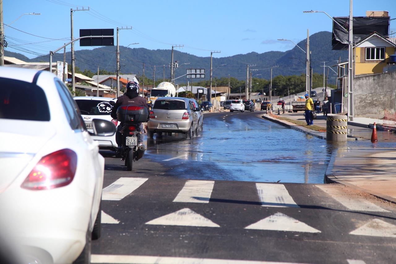 O fenômeno da maré alta foi registrado nesta quinta-feira (7) em vários trechos da Capital catarinense. Na foto, a avenida Diomício Freitas foi tomada pela água - Anderson Coelho/ND