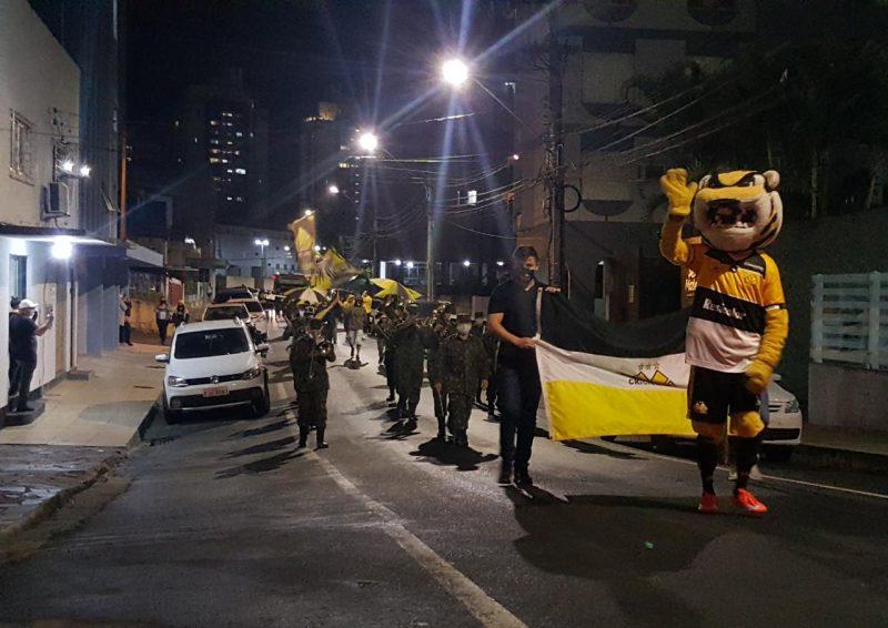 O Criciúma Esporte Clube comemorou nesta quarta-feira (13), os 73 anos de sua fundação. O clube organizou uma passeata, com torcedores e uma banda do Exército, executando o hino do Criciúma e músicas da torcida pelas ruas da cidade. - Divulgação