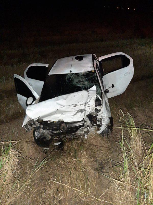 Carro tombou devido a colisão- Foto: PMRv/Divulgação/ND