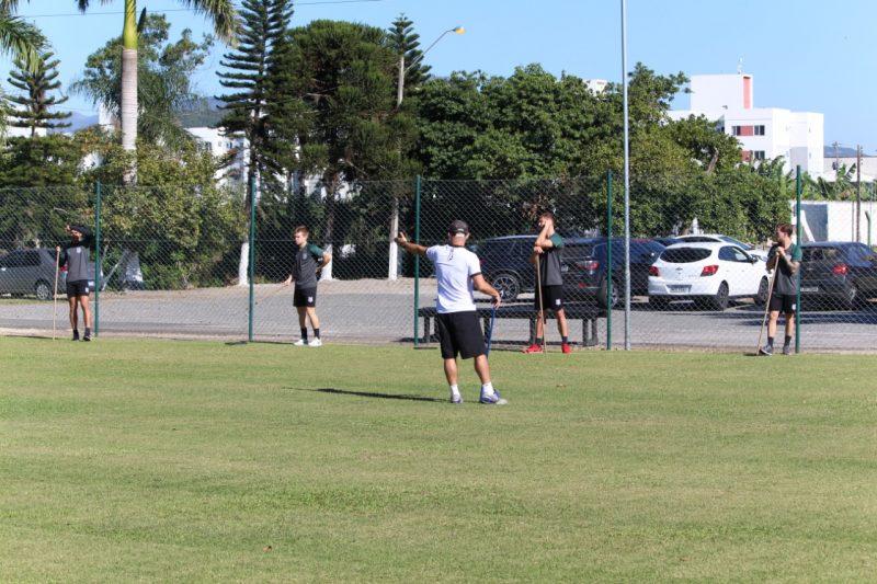 O elenco treinou a parte física, mas respeitando o distanciamento de 1,5 metro e com a comissão técnica usando máscaras - Patrick Floriani/FFC