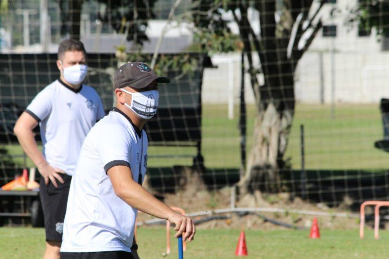 Treino do Figueirense, comissão técnica toda de máscara – Foto: Patrick Floriani/FFC
