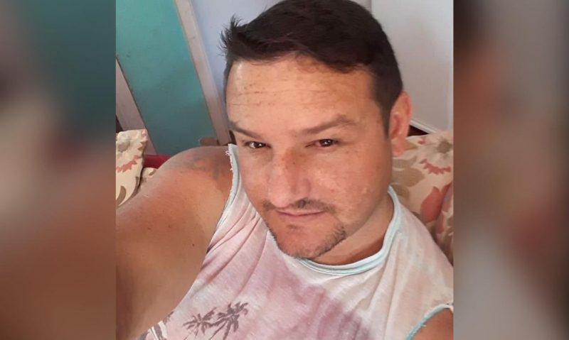 Flavio dos Santos, de 37 anos, morreu no dia 24 de maio. Ele morava sozinho no bairro Jardim do Lago, em Chapecó. Santos sofria de outras comorbidades e estava internado no Hospital Regional do Oeste. Confira a reportagem completa: https://bit.ly/2LVEHhk - Facebook/Reprodução