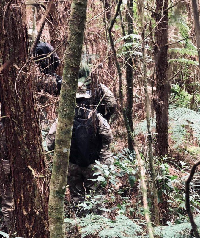 Operação de buscas aconteceu em região de mata próxima ao local onde o carro foi abandonado – Foto: Polícia Militar/Divulgação