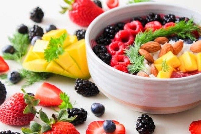 O ideal então é encontrar um meio termo, apostando na adoção de uma alimentação saudável, equilibrada, variada e natural e investindo em alimentos ricos em nutrientes como Vitamina A (cenoura e abóbora), Vitamina C (kiwi e laranja), Vitamina B6 (aveia e banana), Vitamina E (carnes e ovos), Selênio (arroz integral e castanha do pará) e Zinco (frango e grãos integrais) - Pexels
