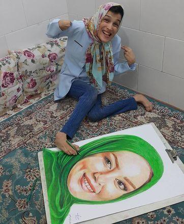 Fatemeh começou a mostrar seu talento para a arte ainda no ensino médio, quando ganhou a ajuda de dois professores para se aperfeiçoar. Hoje, ela usa um dos pés para pintar, principalmente, retratos - Reprodução/Instagram