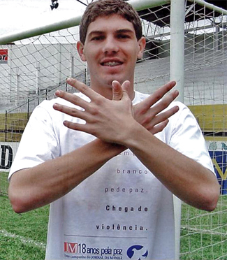 Após uma brilhante passagem pela base do Tigre, Mahicon Librelato começou sua breve trajetória pelos profissionais em 2001. Na ocasião, ele marcou 19 gols e foi artilheiro do Campeonato Catarinense, daquele ano. Além disso, também livrou o Tigre do rebaixamento para a Série C. Destaque da equipe, ele acabou se transferindo para o Internacional, em 2002. Na sua última partida, ele marcou o gol que livrou o clube gaúcho de cair para a segundona nacional. Porém, Mahicon morreu no dia 28 de novembro de 2002, em uma acidente de carro. Como era um dia chuvoso, o veículo que ele guiava acabou derrapando, bateu em um poste de iluminação próximo à Ponte Hercílio Luz, em Florianópolis, e caiu no mar. No seu currículo, marcou 42 gols pelo Tigre, 10 pelo colorado e também foi campeão Gaúcho, em 2002. - Reprodução/Librelato/ND