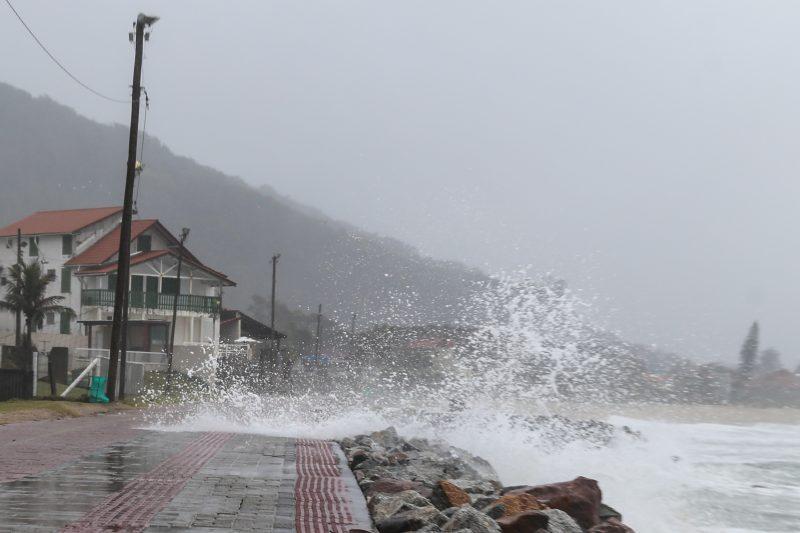 Mar agitado e ressaca devem marcar o domingo nas áreas costeiras – Foto: Anderson Coelho/Arquivo/ND