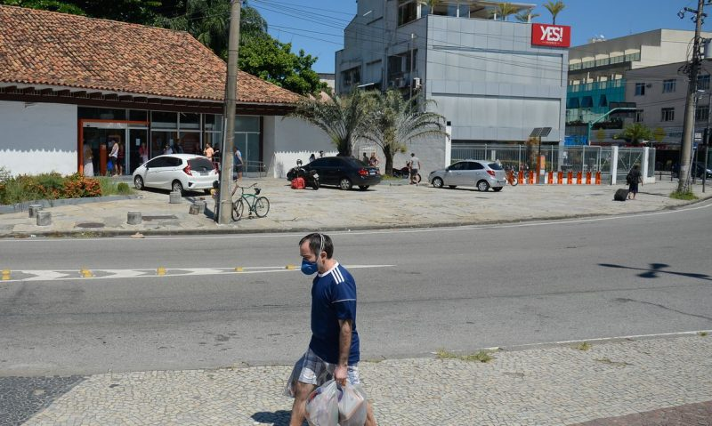 Setores essenciais do comércio funcionam durante o período de isolamento social causado pela pandemia do novo coronavírus – Foto: Fernando Frazão/Agência Brasil/ND