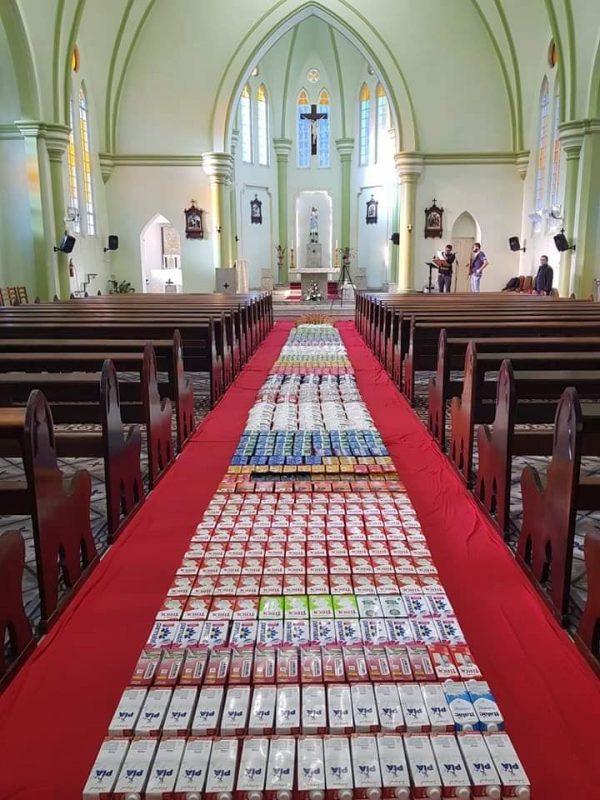 Tapetes montados com alimentos doados pela comunidade – Foto: Paróquia/Divulgação/ND