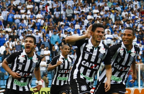 11/03/2013: Figueirense makes 4 to 0 in Avaí in full Ressacada. Day that will be marked forever in the memory of Alvinegra fans. In the photo, Éverton Santos, Rafael Costa, Maylson and Thiego celebrate their fourth goal - Archive / Flávio Tin / ND