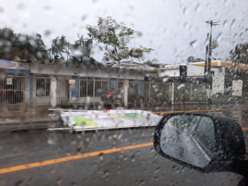 Rajadas de vento de cerca de 80 km/h derrubaram placas e outdoors em toda a cidade - Redes Sociais