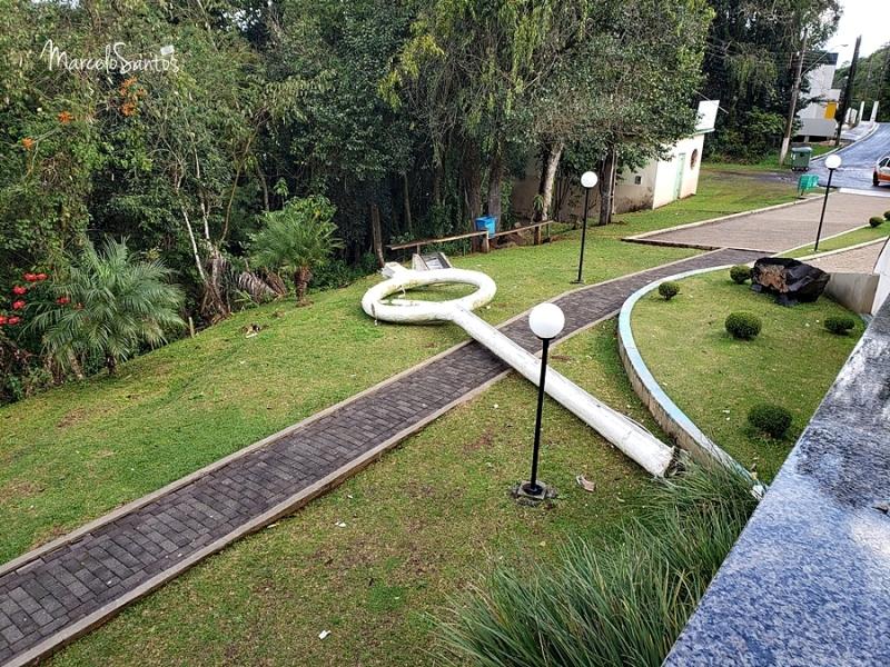 O cajado de Frei Bruno, peça que ficava junto à Estátua no Monumento localizado no bairro Flor da Serra, em Joaçaba, não resistiu a uma forte rajada de vento no final da manhã desta terça-feira (30). - CDL Joaçaba/ND