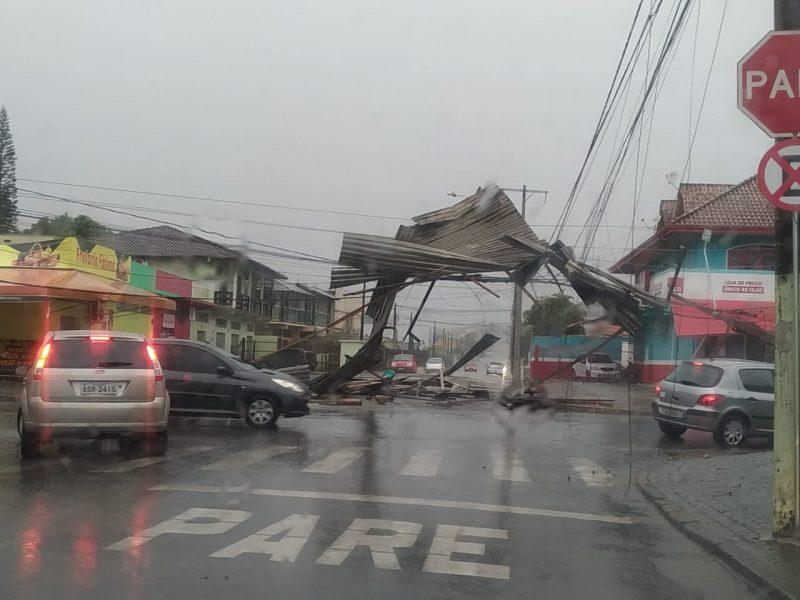 Telhado cai sobre fios em município do Estado - Divulgação/ND