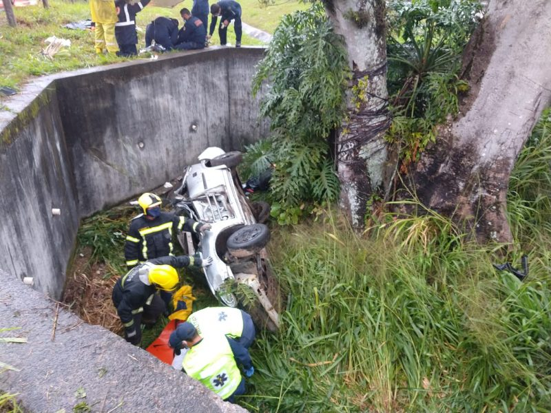 Veículo caiu em uma vala na lateral da BR-101 – Foto: Divulgação/ND