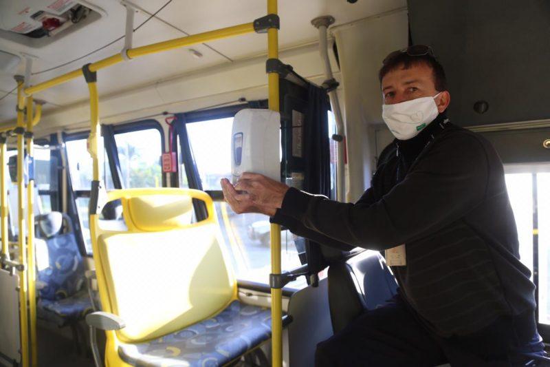 Cobrador higieniza as mãos com álcool gel no retorno do transporte coletivo na Grande Florianópolis – Foto: Anderson Coelho/ND
