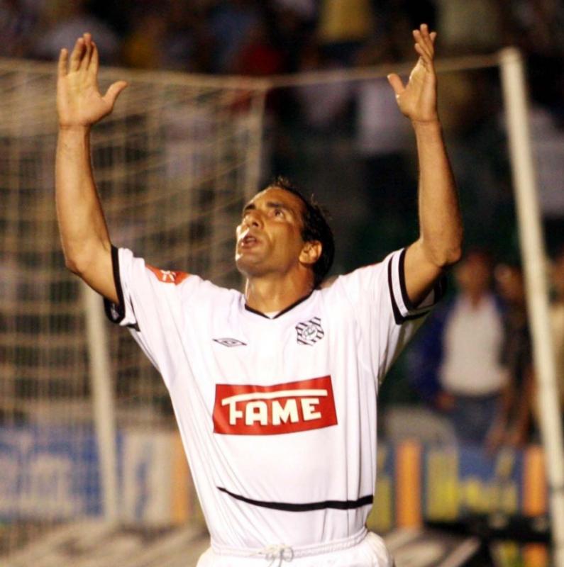 11/16/2005: Striker Edmundo celebrates one of his three goals in the defeat of Figueirense by 5 to 1 at Vasco da Gama, in Rio de Janeiro - GazetaPress / Press Release / ND