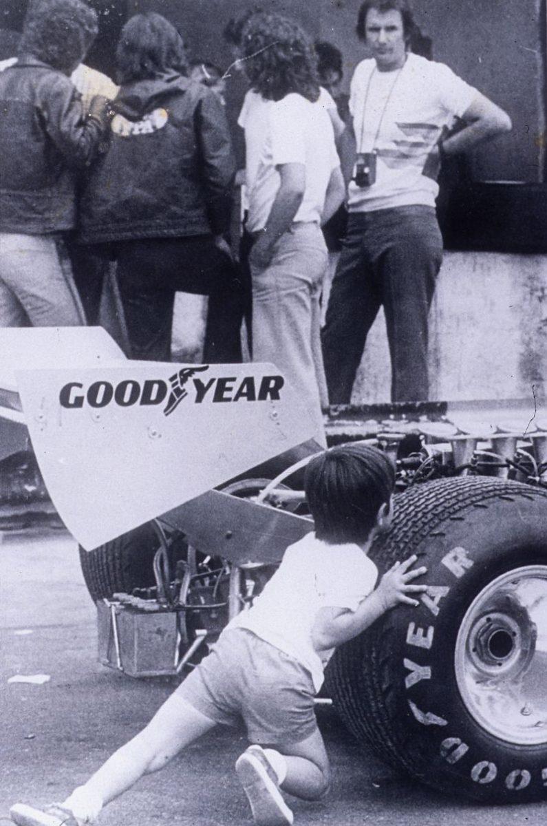 Christian Fittipaldi empurrando um F1 - Foto: Divulgação/Acervo Pessoal/Garagem 360/ND