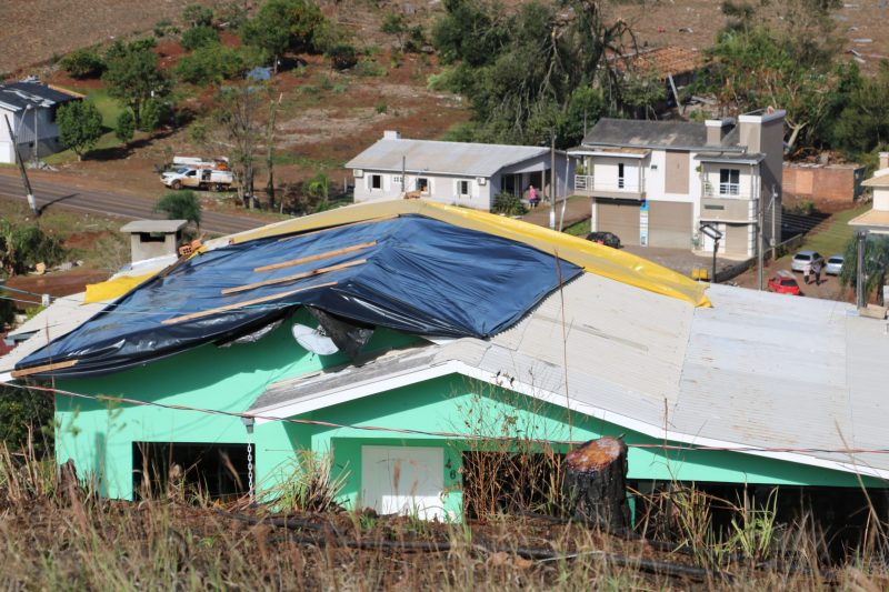 Firefighters and the Civil Defense of the municipalities have been providing support to residents with basic baskets, tarpaulins and tiles - Flavio Vieira Junior / Civil Defense of Santa Catarina / Press Release / ND