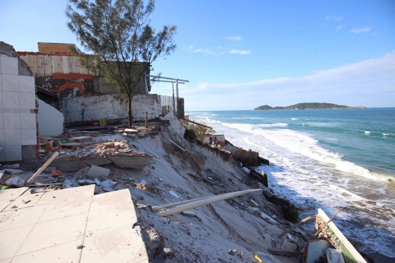 Da antiga casa, só sobrou um banheiro e parte de uma cozinha. Residência ao lado também foi interditada – Foto: Anderson Coelho/Divulgação/ND
