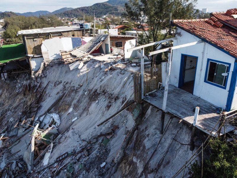 Na madrugada da última quarta-feira (27), uma maré alta começou a provocar diversos estragos em residências no Campeche, em Florianópolis - Anderson Coelho/ND