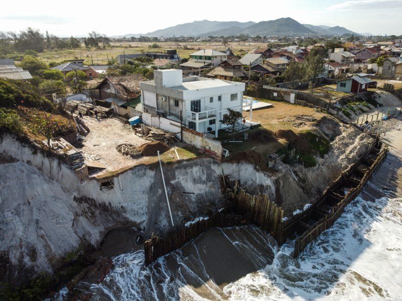 Um dos locais mais atingidos pela maré alta foi um hostel localizado próximo à praia do Campeche. Na ocasião, o local havia sido interditado pela Defesa Civil na última terça-feira (26) - Anderson Coelho/ND