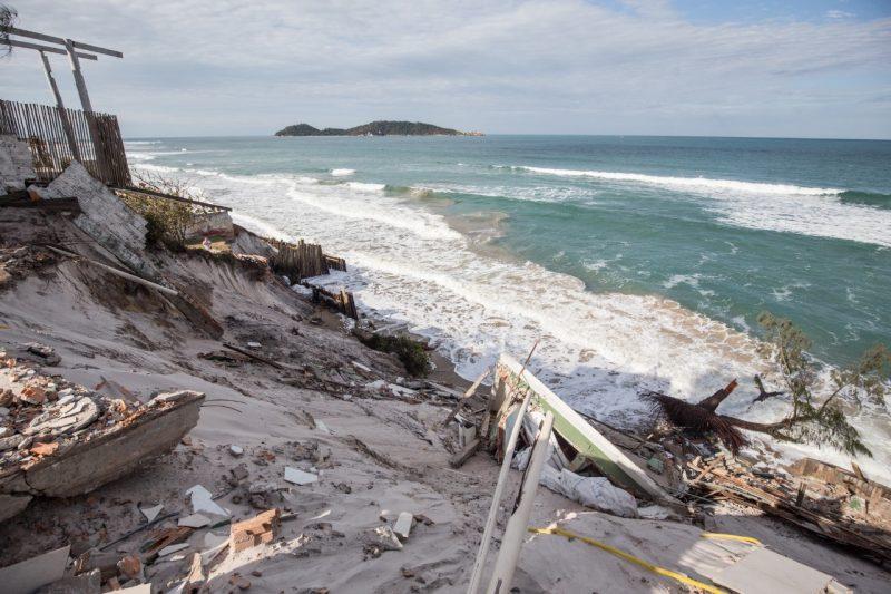 Nesta terça-feira (2), a maré continuava próxima aos terrenos das residências - Anderson Coelho/ND