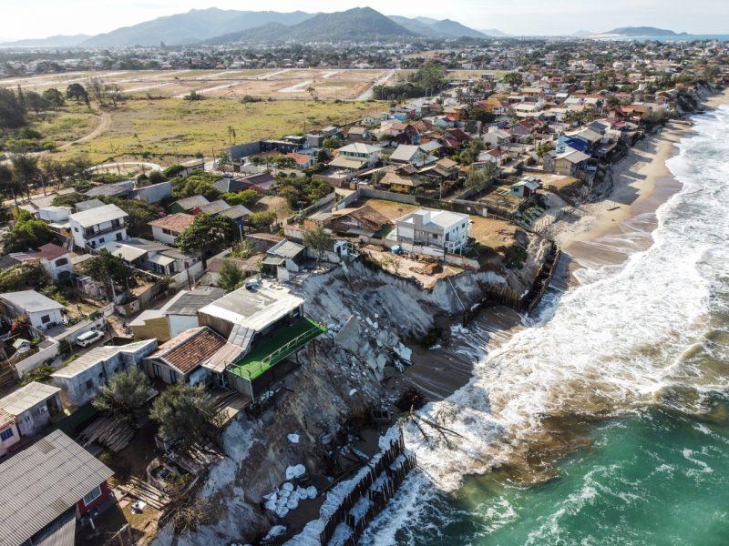 Durante período de ressaca, maré causa estragos em casas siautadas no litoral