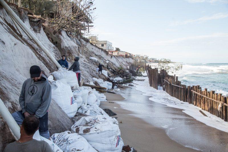 Além da barreira com madeiras, sacos de areia também reforçavam a proteção do solo das casas, mas não foi o necessário para segurar a ressaca - Anderson Coelho/ND