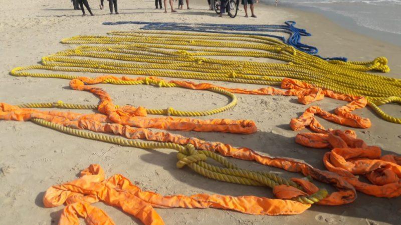 Kit especial utilizado para a remoção da baleia. Cordas alaranjadas são utilizadas para amarrar o animal – Foto: Polícia Militar Ambiental/Divulgação/ND