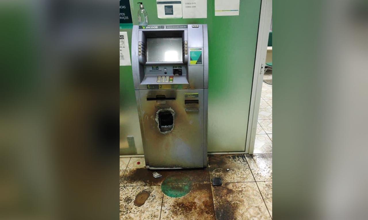Aproximadamente R$ 35 mil foram levados do caixa eletrônico, segundo a polícia. O equipamento ficou totalmente destruídos na ação dos bandidos, uma vez que cortaram parte da frente da máquina para retirar o valor. - Polícia Militar/ND