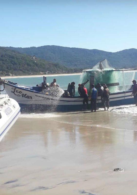 Barco foi retirado do mar pela Armação, por volta das 11h30 – Foto: Divulgação/ND