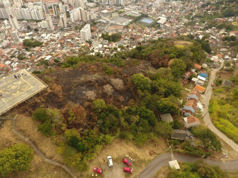 Incêndio atingiu o Morro da Descoberta no dia 31 de maio – Foto: Divulgação/Polícia Civil