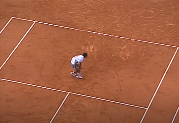 Many remember the scene of the Brazilian making his heart on the court after the first title, in 1997 - Reproduction / YouTube / Roland Garros / ND