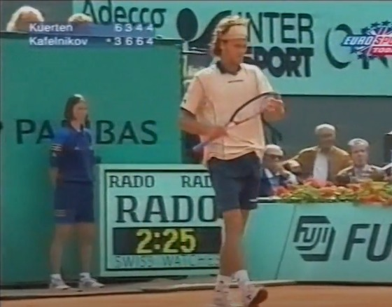 The quarterfinal match of the 1997 title was repeated and Guga faced Russian Yevgeny Kafelnikov. Just like that year, the little guy started winning, but the Russian soon turned. However, Guga regained confidence, passed in front of the marker and took the place for the final - Reproduction / Youtube / ND