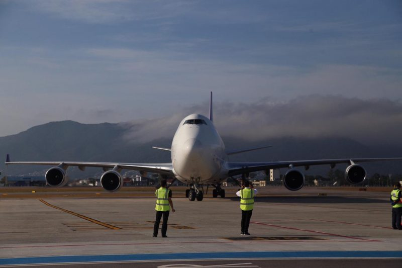The cargo plane, which weighs almost 400 thousand kilos, made an intercontinental trip, between China and the capital of Santa Catarina, bringing 700 cubic meters of goods of a hospital nature. They are PPE materials, from a private importer. - Anderson Coelho / ND