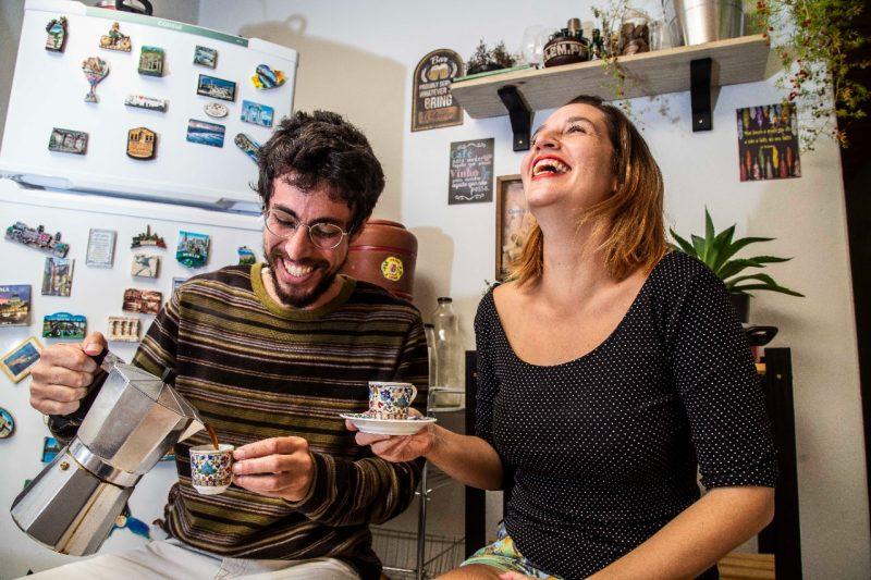 Risadas e boas conversas não faltam na rotina do casal Pedro e Juliana – Foto: Anderson Coelho/ND