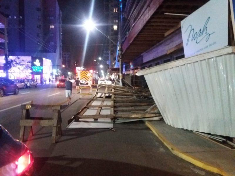 Queda de tapume ocorreu na avenida Nereu Ramos – Foto: Reprodução Redes Sociais/ND