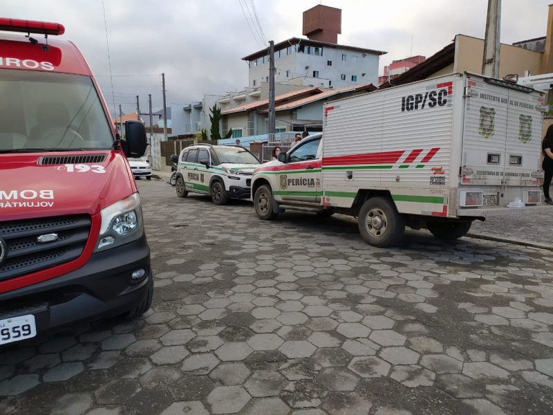 Polícia e Corpo de Bombeiros estiveram na rua onde o guarda municipal morava, no bairro Vila Nova, em Joinville – Foto: Ricardo Moreira/ND