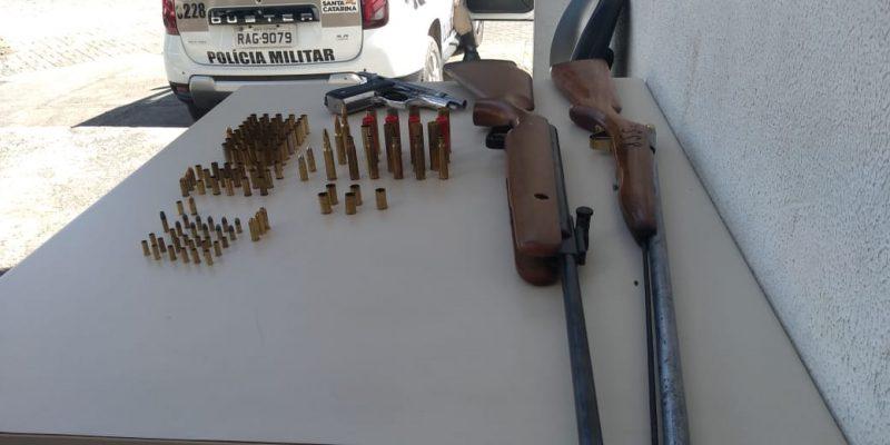 Três armas e munições foram encontradas nos cômodos da casa do homem suspeito de ter atirado contra o gato – Foto: Polícia Militar, divulgação/ND
