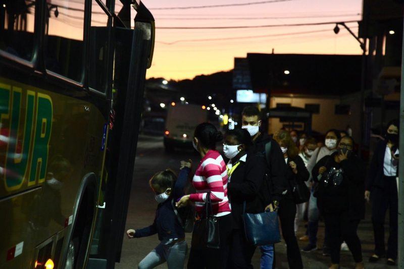 Crowding was inevitable at a bus stop with almost 40 people in Palhoça.  - Anderson Coelho / ND