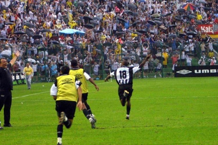 Vamos para 2001, ano do acesso à Série A do Campeonato Brasileiro. O Figueirense bateu o Caxias (RS) por 1 a 0, gol de Abimael, e conquistou o acesso à elite ao somar nove pontos no quadrangular, um a menos que o campeão Paysandu. - Memorial FFC/Divulgação